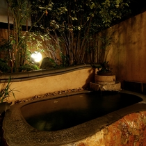 【お月さまの湯】天然湧水を贅沢に使用した貸切露天風呂