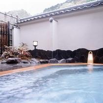 露天風呂「花色の湯」大空の下入浴する露天は格別