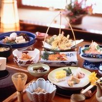 夕食は川魚や旬の素材を使った手作り料理です(料理一例)