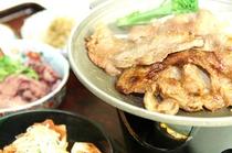 ホテル特製タレに漬け込んだ豚肉の生姜焼きを陶板焼で