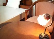 シングル<テーブルとチェアを設置して、お寛ぎ出来る空間を提供します>
