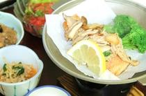 宮城県産サーモンのソテー。ガーリックきのこの香ばしいソースをのせ