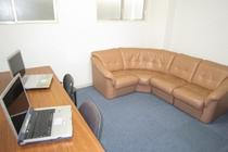 【フリールーム】  1階フリールーム。室内で無線LAN(WiFi)が使用できます。