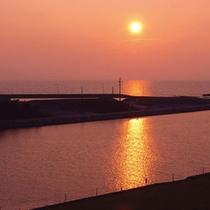 東シナ海に沈む夕日を眺めながら一日の疲れを癒してください。