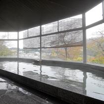 *大浴場/只見川越しに山々が連なる、奥会津ならではの風景。