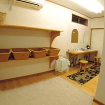 【風呂/脱衣所】シンプルながらも広々とした空間で入浴準備or湯上りの身支度ができます。