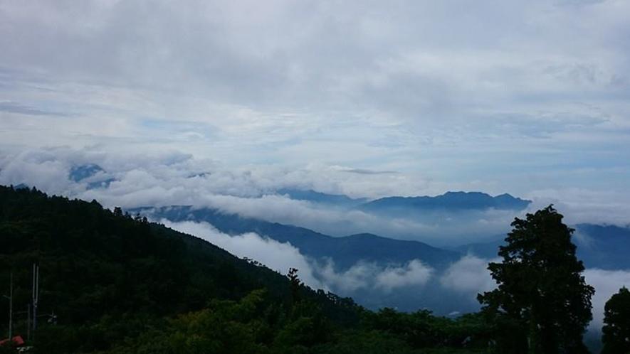 *周辺観光:雲海と周りの山々。延岡市内を幻想的に雲海が覆います