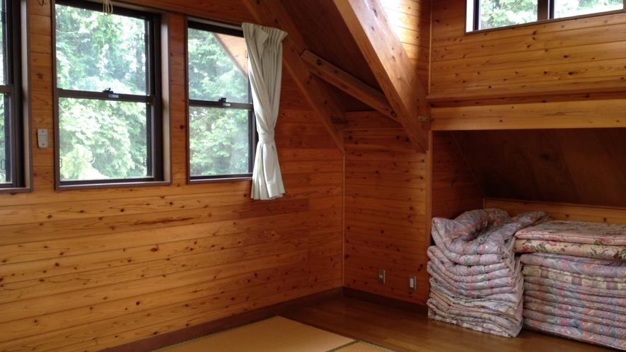*【二階建てコテージ】三角の屋根がかわいいロフト。お布団が敷けます