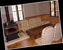 木目調の落ち着いた雰囲気の館内。寒い季節は暖炉に火が入ります。