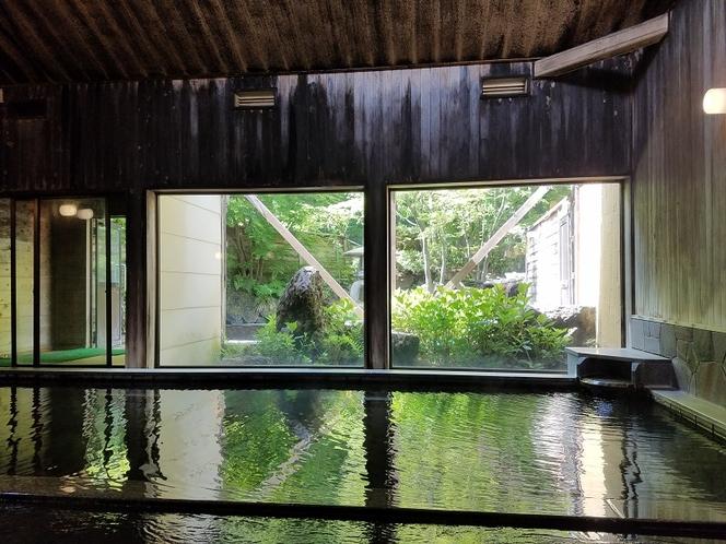 内風呂から露天風呂を望むお写真です。