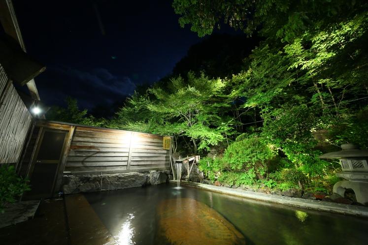 夜の大きな開放的な露天風呂です。
