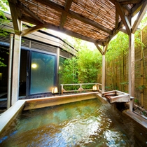 【男性用露天風呂】木々の揺れる音に湯の音が溶けこむ