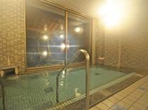 【大浴場】ラジウム鉱石のパワーを秘めたラドンの泉。強力なイオン化作用で、快い温感を得ることができます