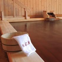 水に強く、黄味が強い秋田檜を使用しております。