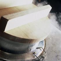 お米は北海道米の「おぼろづき」を使用。オープンキッチンの釜で丁寧に炊き上げます。