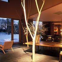 ロビーの自然木は十勝千年の森より切り出したハンノキ・ヤナギを、皮を丁寧に剥ぎ、乾燥させたものです。