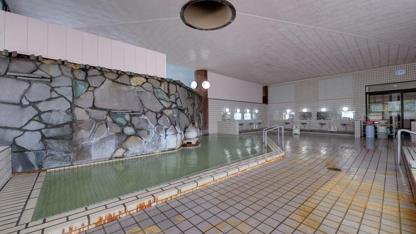 *温泉(大浴場)/源泉掛け流しの天然温泉は、体がポカポカと暖まり、美肌の湯としても好評です。