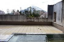 羊蹄山の眺められる露天風呂