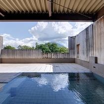 *温泉(露天風呂)/四季折々で色を変える「羊蹄山」を眺めながら、ゆったりと入浴出来ます。