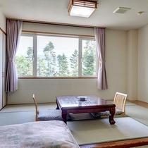 *お部屋(新館和洋室)/ツインベッド+和室(4.5畳~6畳)のゆったりお寛ぎ頂けます。