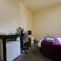 *お部屋(本館シングル)/お部屋には冷蔵庫等も備え付けております。