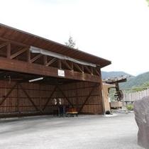 広々とした屋根付き駐輪場で愛車のバイクも安心