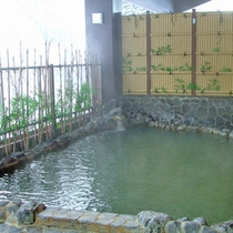 *【温泉】広々とした露天風呂。源泉かけ流しでお楽しみいただけます。