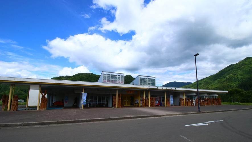 【周辺】道の駅あに またたび館はマタギの湯から車で約10分。特産品の直売所や休憩施設があります。