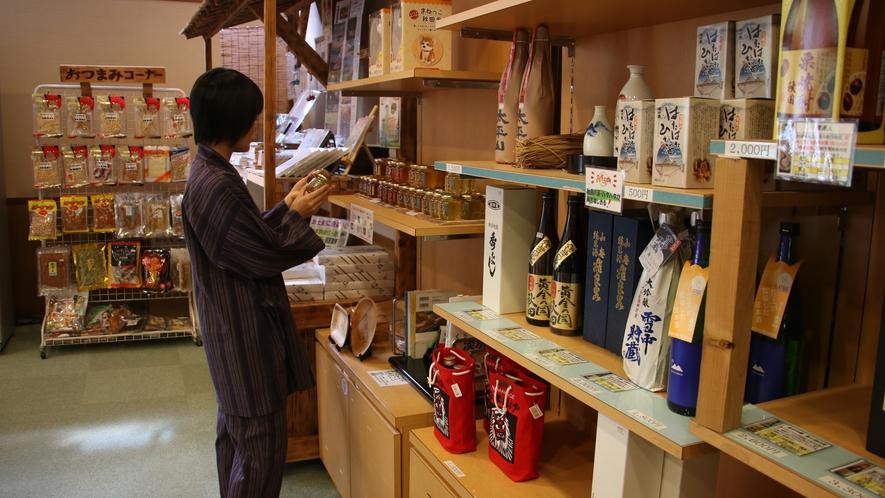 【館内】酒処秋田の美味しい地酒や特産品が並ぶ売店もございます。