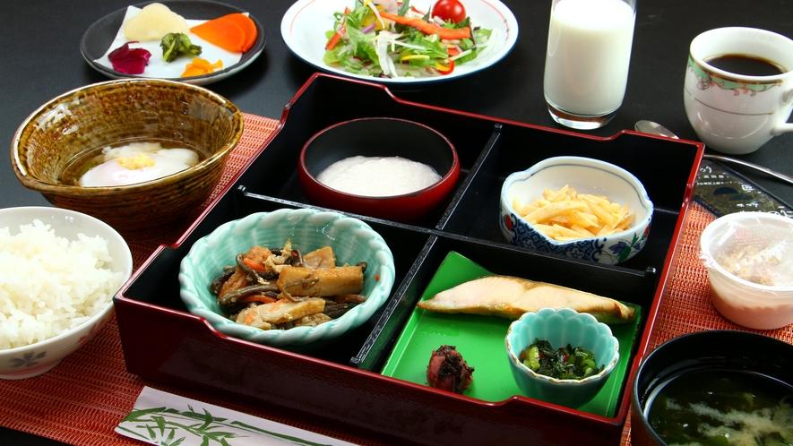 【ご朝食一例】炊きたてのごはん、山の恵みを活かした和朝食です。
