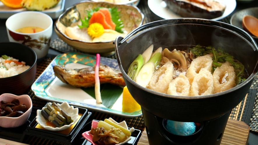 【きりたんぽ鍋】ご存じ秋田名物の定番!比内地鶏だしスープが染みて旨いっ
