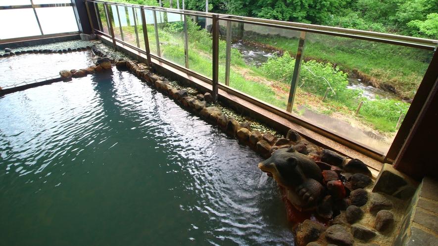 【温泉・露天風呂】開放的な露天風呂で四季折々の景色を眺めながらお寛ぎください。