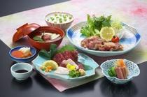 熊本といえば「馬肉料理」。写真は夕食付きプランの料理「桜御膳」です。