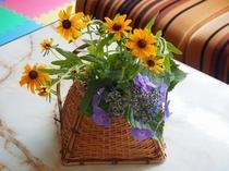 季節のお花でおもてなし致します