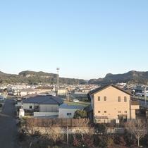 【部屋】お部屋からは山々や、のんびりとした街並みの風景が広がっています