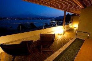 客室足湯・夜の富士山