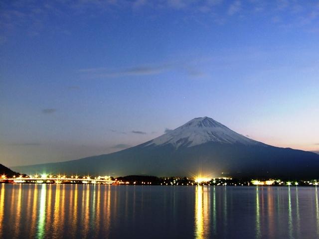 夜の富士山と河口湖大橋