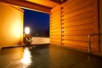 夜の土間バルコニー客室の露天風呂