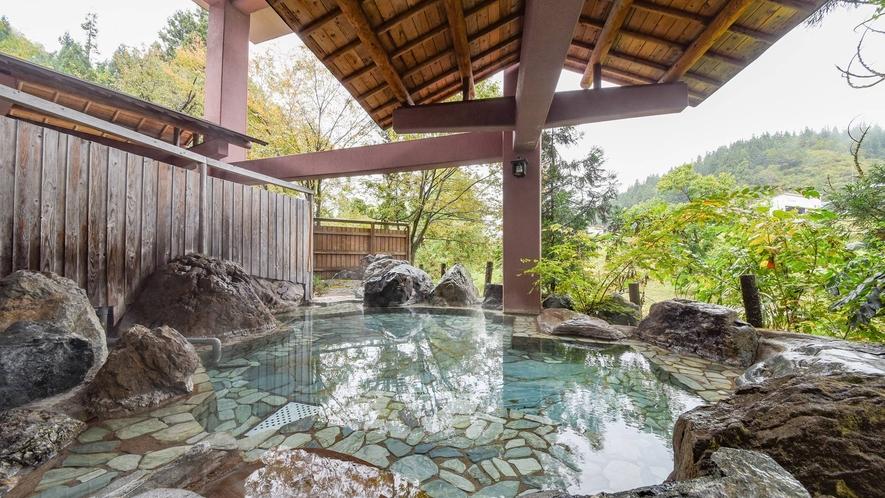 *露天風呂/当川沿いにあり、せせらぎの音を聞きながら天然温泉をお楽しみいただけます。