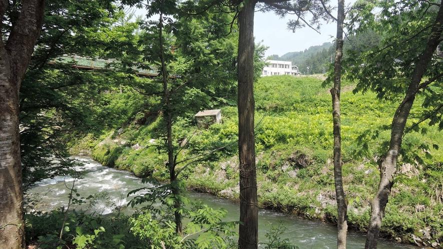 *露天風呂/山と川に囲まれた岩造りの温泉は野趣たっぷり♪