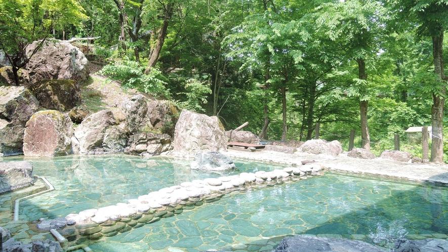 *露天風呂/天然温泉の柔らかなお湯を、格別の解放感の中でお楽しみ下さい。