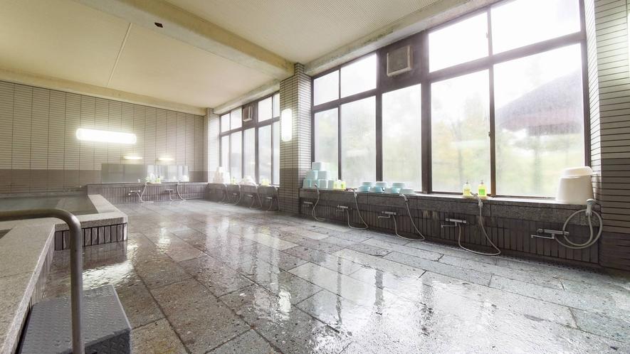 *大浴場/大きな窓が明るく、広々とした内風呂。窓の外には季節ごとの自然の風景が広がります。