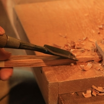 【箸作り】千年という途方もない年月を生きてきた屋久杉に、自分の手でノミを入れる感動。