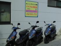 島の移動にはレンタルバイクも便利です。