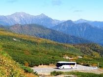 エコーラインを走るバス。紅葉のシーズンに差し掛かってきました♪