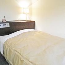 *シングルルーム一例/全てのシングルルームにダブルベッドを入れています!一人旅、ビジネス利用に快適。