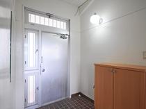 【玄関】家族連れやグループ旅行におススメ♪玄関も広々してます