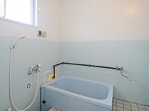 【客室】旅の疲れを癒す広めの浴室