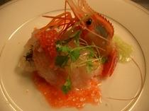 オードブル 海の幸のサラダ仕立てイチゴのソース