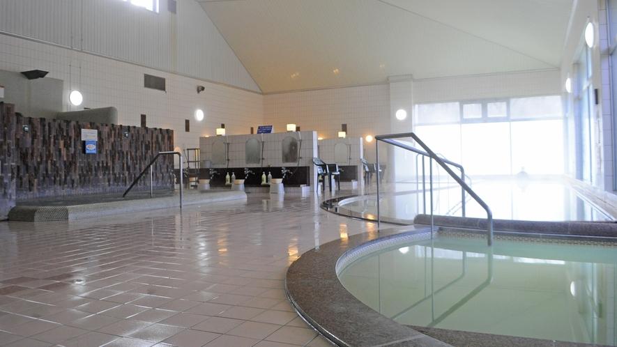 【温泉】天井が広く開放感がある浴場